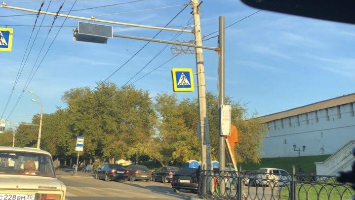 На площади Октябрьской устанавливают пешеходный светофор