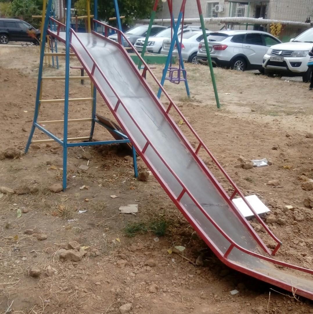 Коммунальщики закапывали ямы и сломали детскую горку в Астраханской области