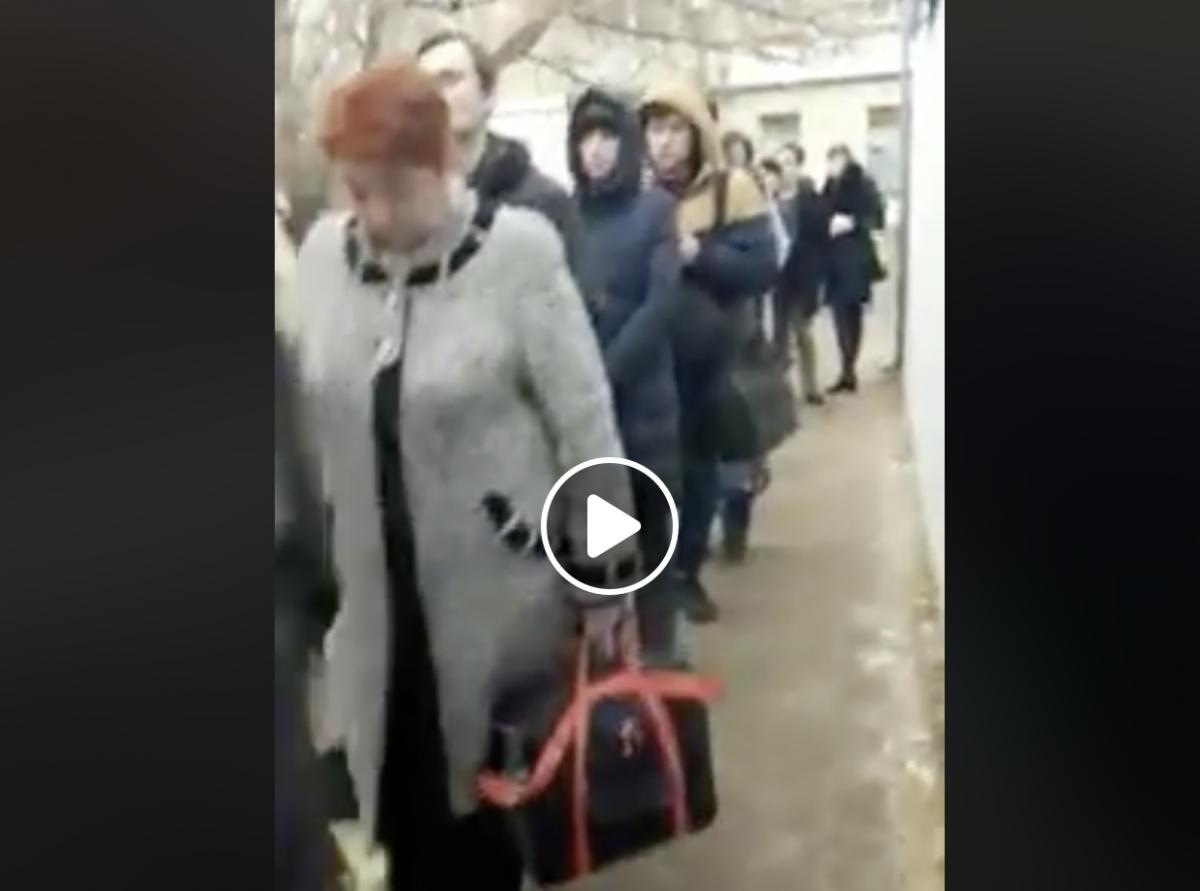 Видео: 50 человек ждали утром маршрутку в АЦКК