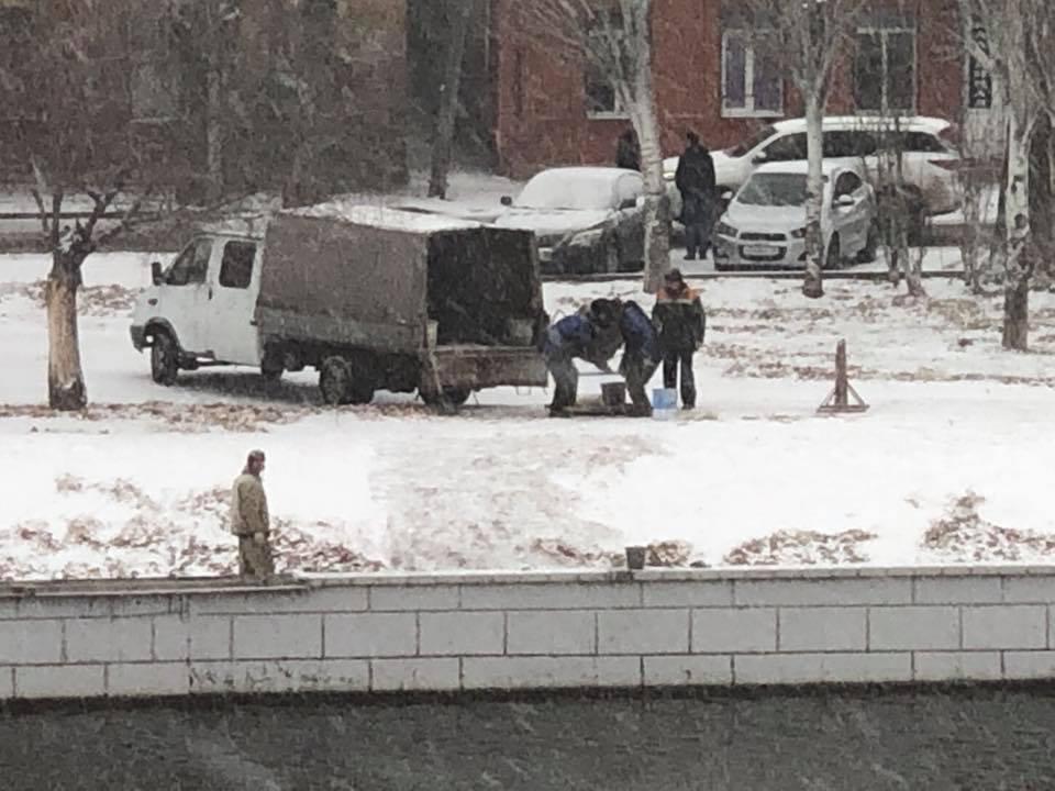 На Красной Набережной в снег начали укладывать плитку