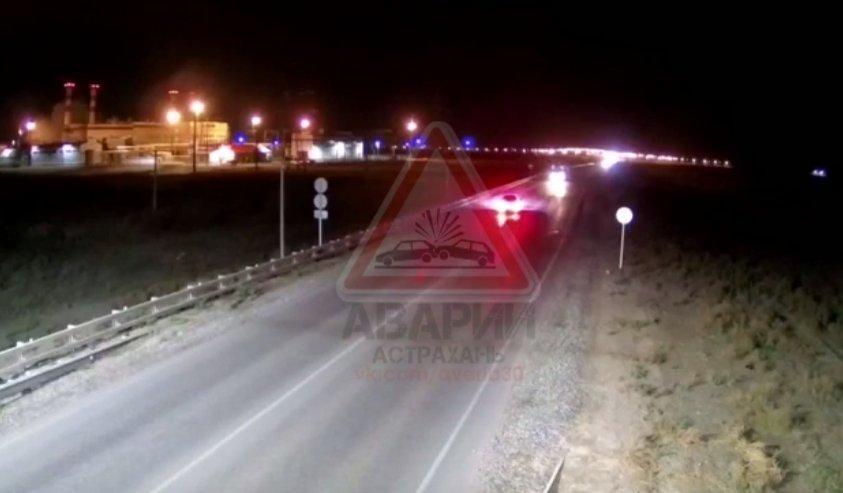 На видео попало лобовое столкновение автобуса и «Приоры» в Астрахани