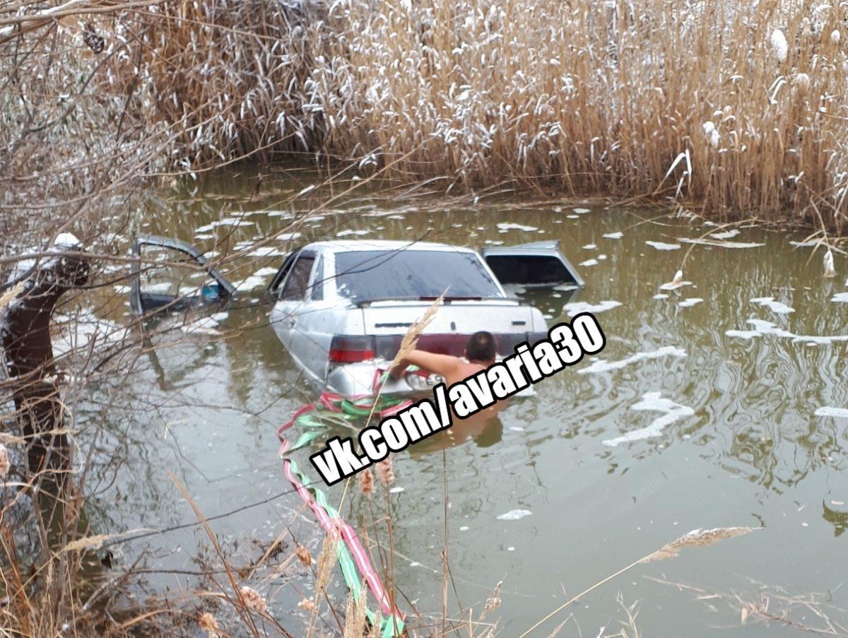 Под Астраханью полуголый мужчина вытаскивает свою «Ладу» из воды