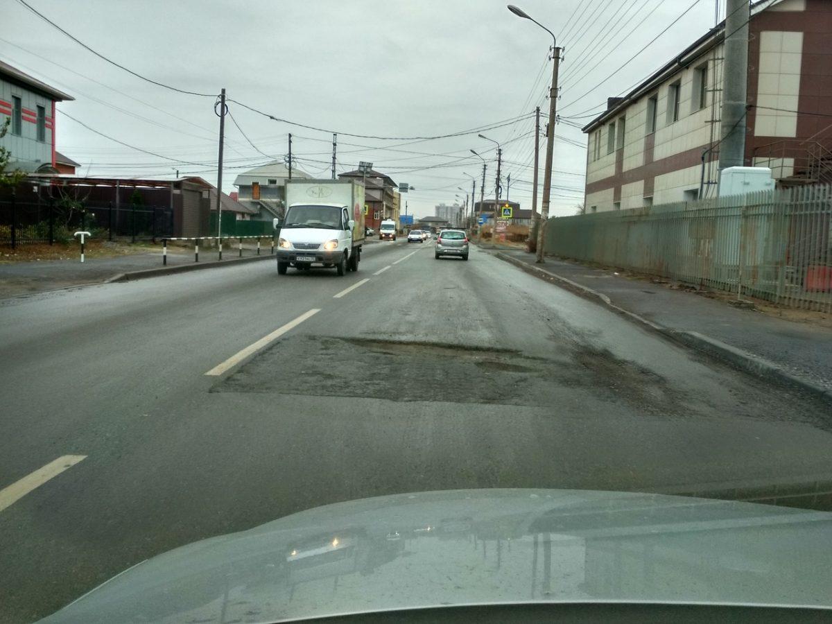 Яму на отремонтированном год назад Началовском шоссе никто не заделывает