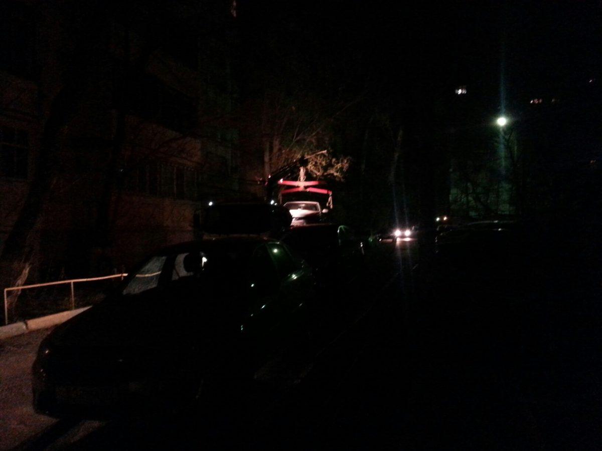 В Астрахани машины продолжают эвакуировать прямо из дворов