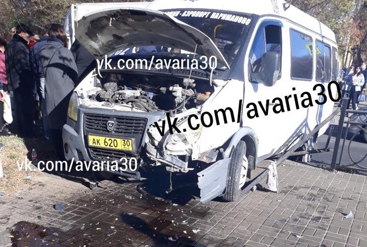 Маршрутка с пассажирами протаранила ограждение на улице Савушкина