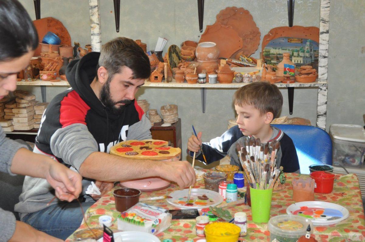 Астраханцы делают подарки к Новому году своими руками из глины