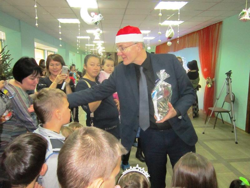 Олег Шеин подарил детям новогодний праздник