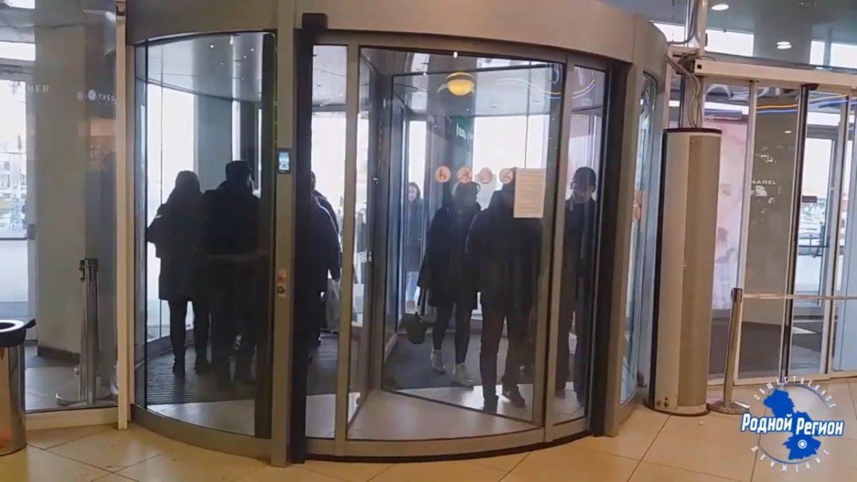 Астраханцы недовольны карусельными дверями в ТЦ «Ярмарка»