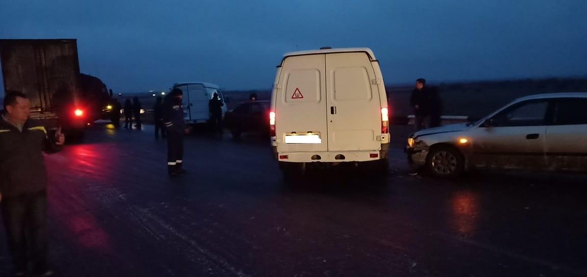 На астраханской трассе столкнулись сразу шесть машин