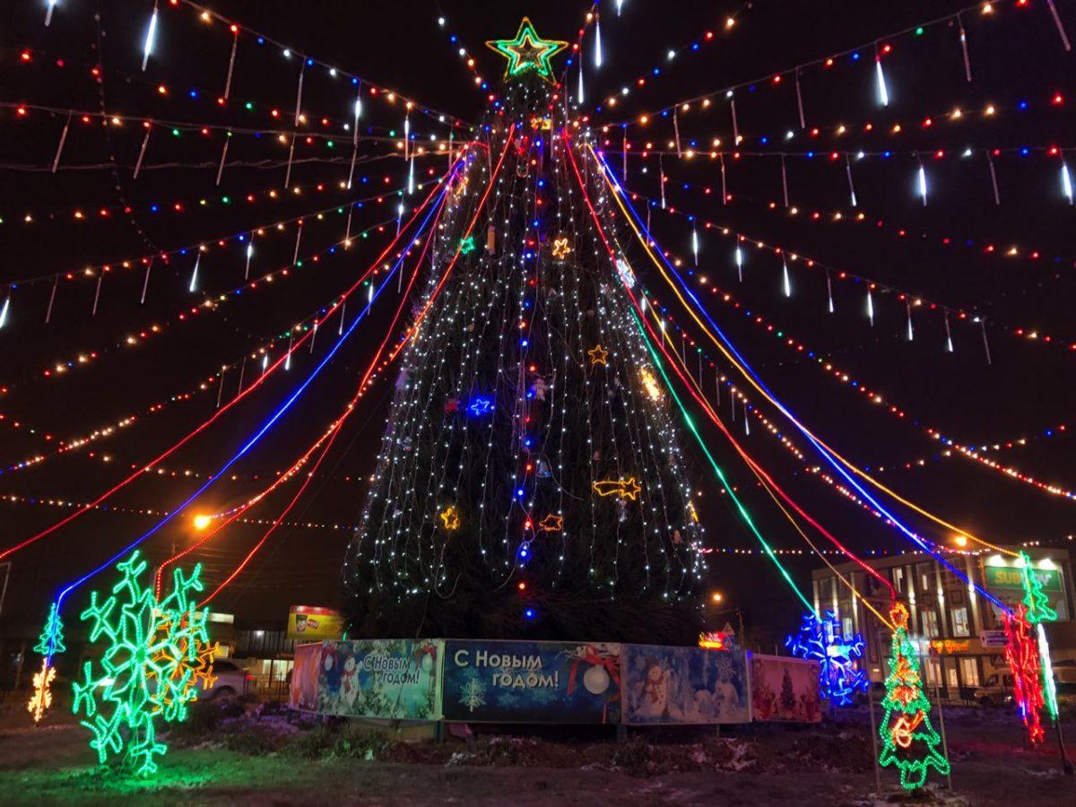 В Трусовском районе зажгли самую красивую городскую елку