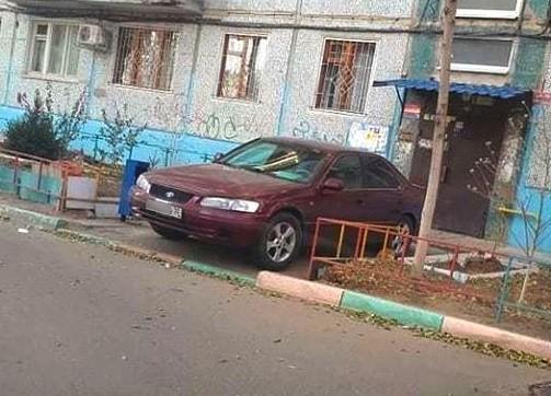 Владельца припаркованной у двери подъезда иномарки нашли и оштрафовали
