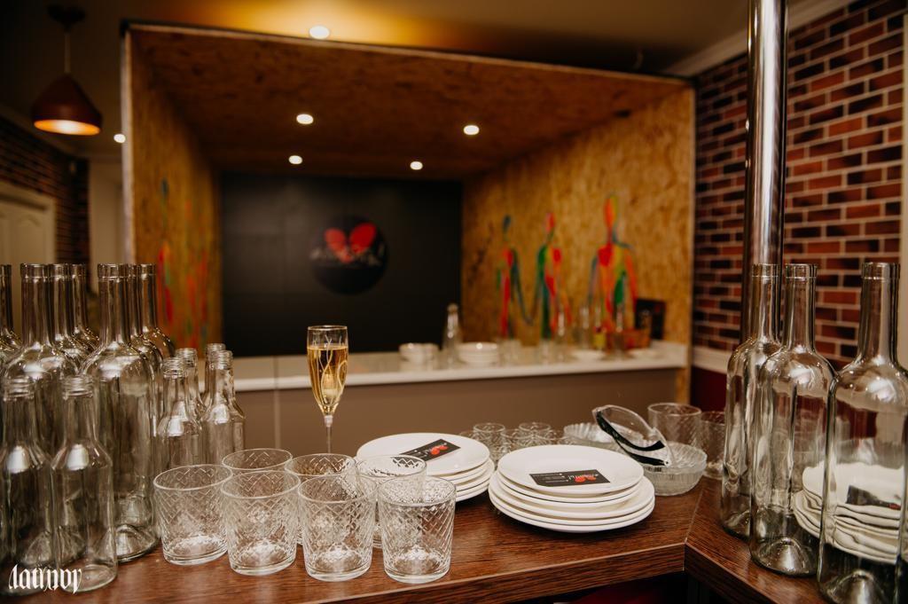 В Астрахани открыли заведение, где можно бить посуду