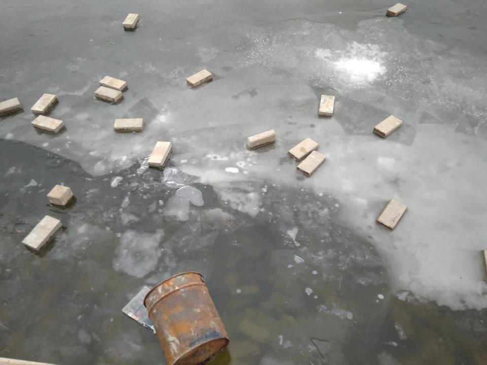 Вандалы в Астрахани выбросили на лед канала тротуарную плитку