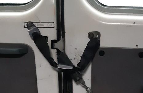 В астраханских маршрутках аварийные выходы блокируют цепями