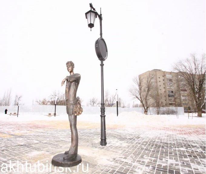 В Ахтубинске поставили памятник парню, ждущему девушку