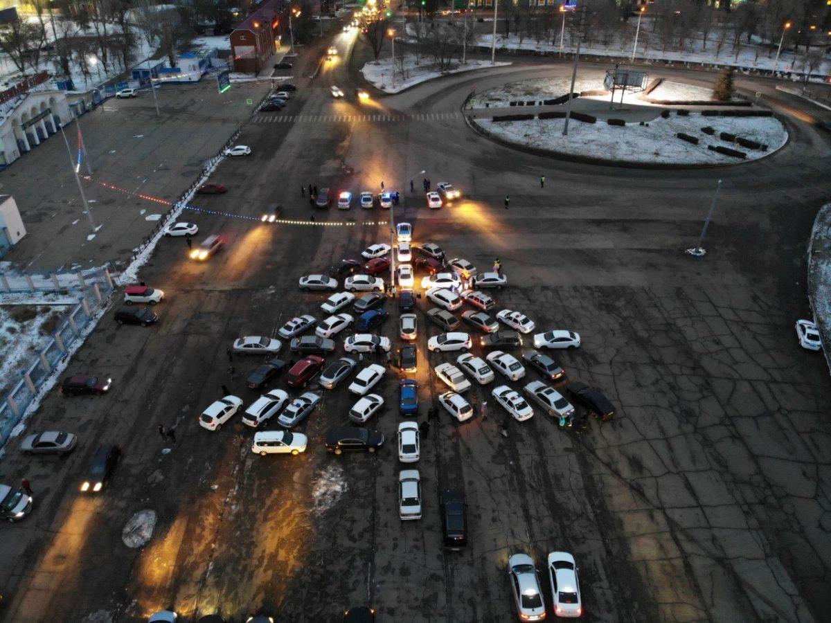 Астраханцы соорудили новогоднюю ёлку из автомобилей