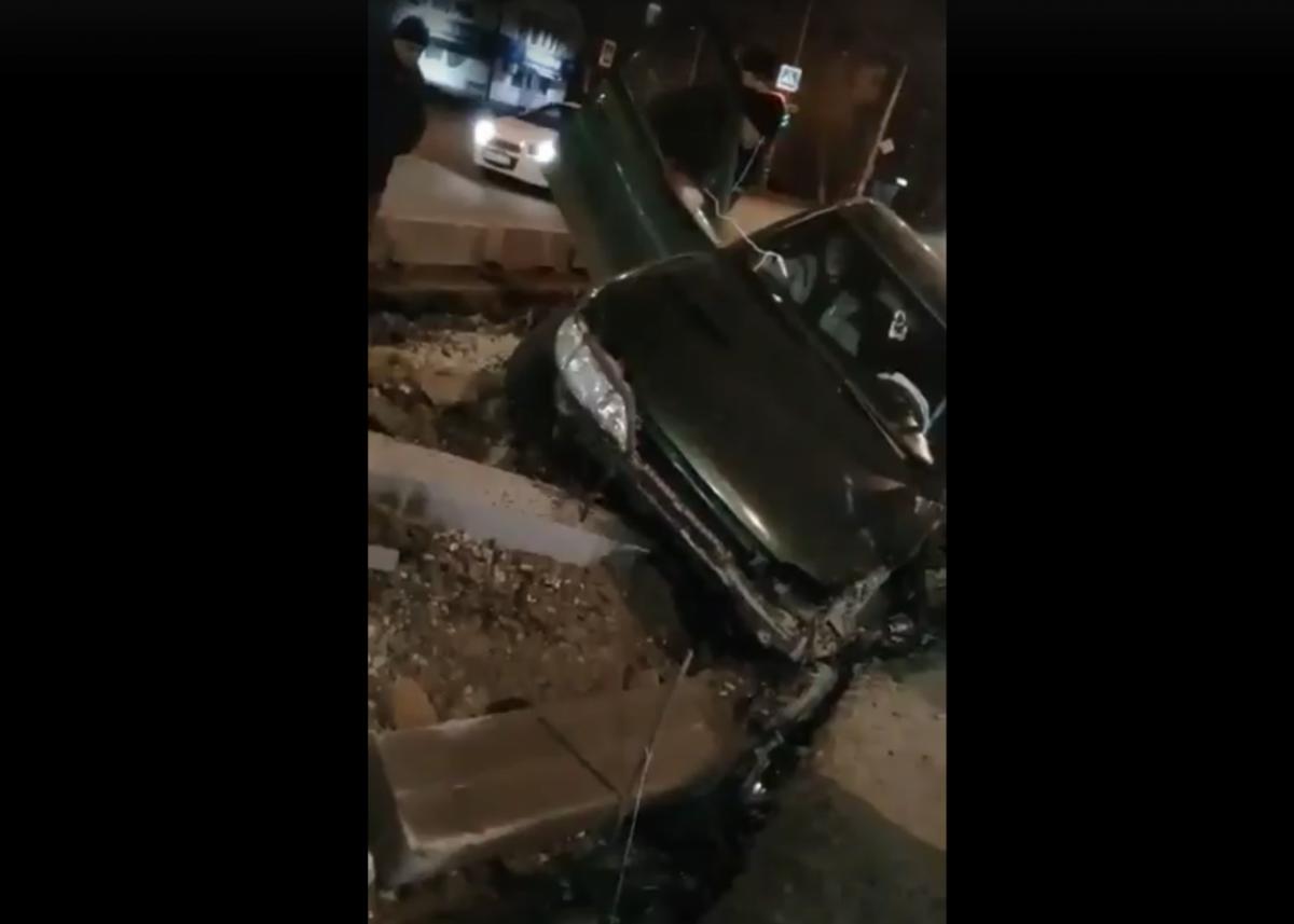На Яблочкова водитель разбил автомобиль об участок с ремонтными работами