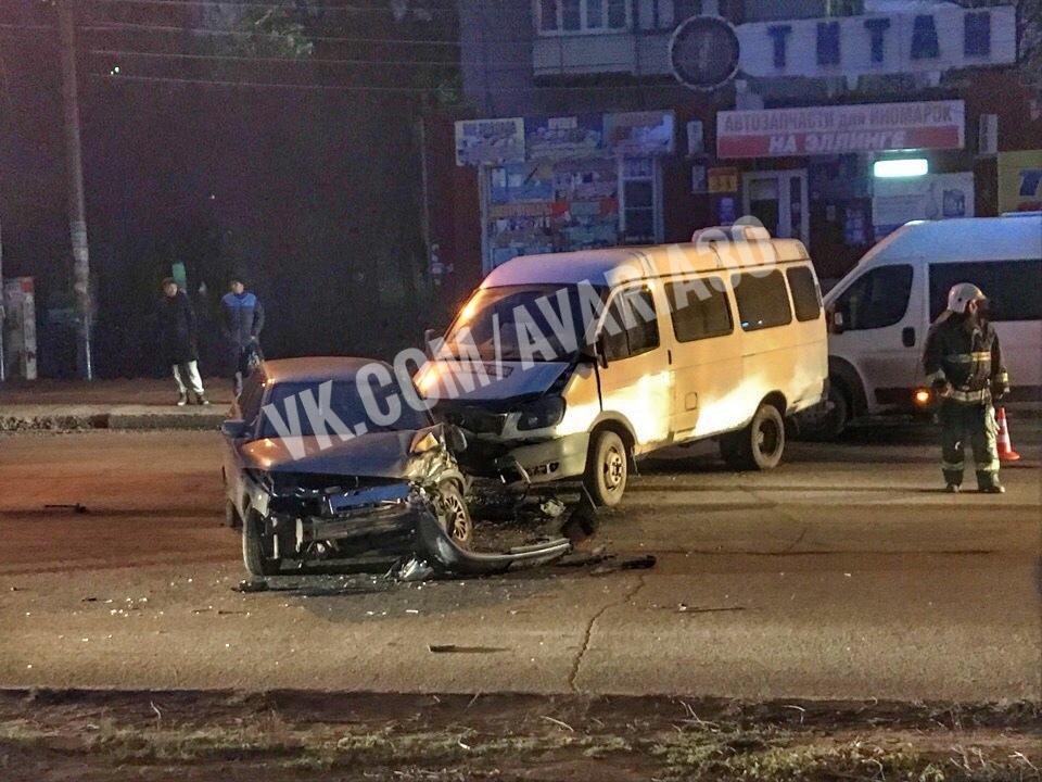 В Астрахани авария с маршруткой вызвала затор у моста через Волгу