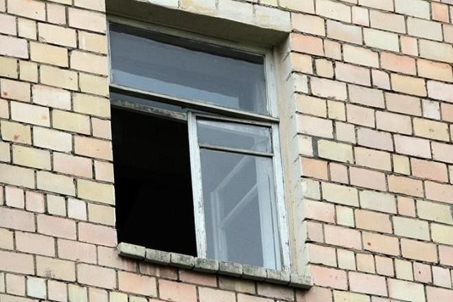 В Астрахани пенсионерка выпала из окна седьмого этажа