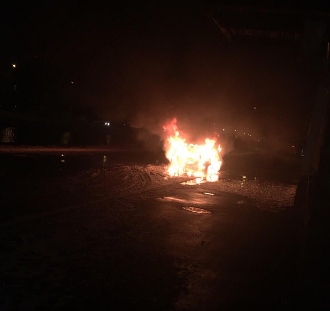 В центре Астрахани горит автомобиль