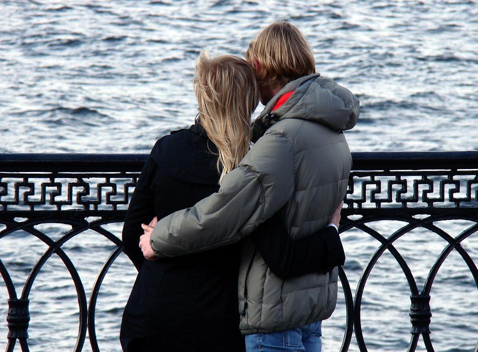 Астраханку обманули на 18 000 рублей с помощью сайта знакомств