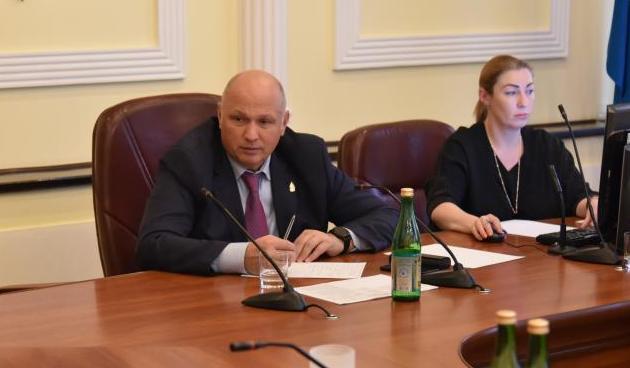 Главу администрации Астрахани заставляют чинить детские площадки