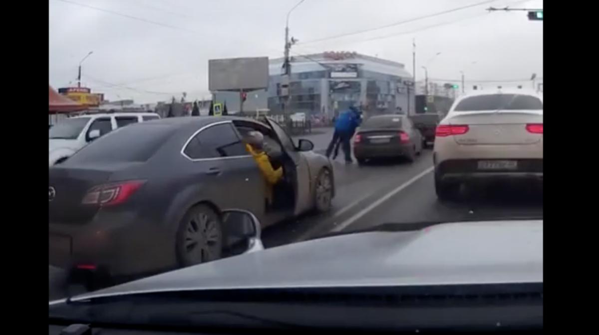 Астраханские водители устроили драку на перекрестке