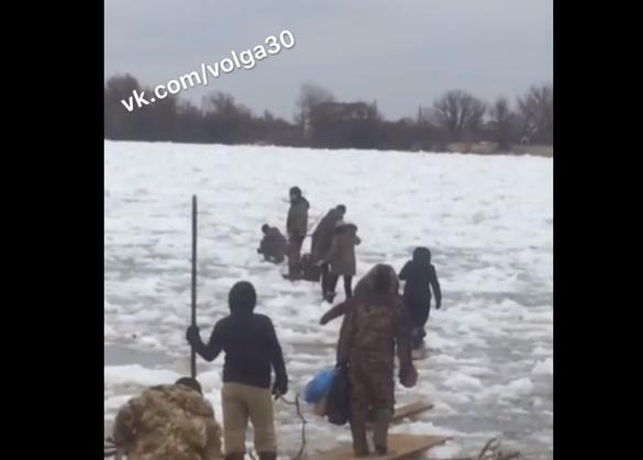 Видео: астраханцам приходится идти через опасный лед, чтобы попасть домой