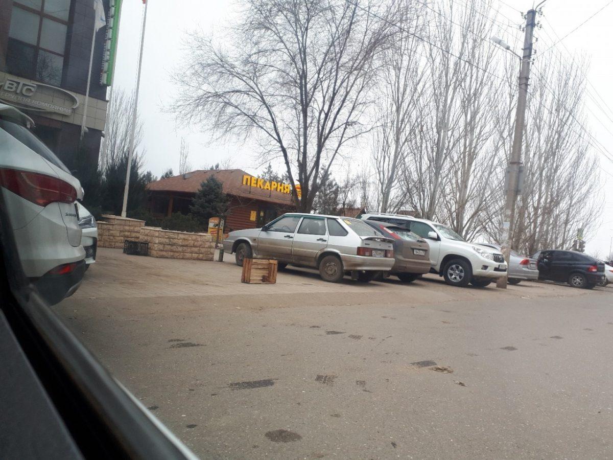 Астраханцы сражаются за парковку при помощи ящиков