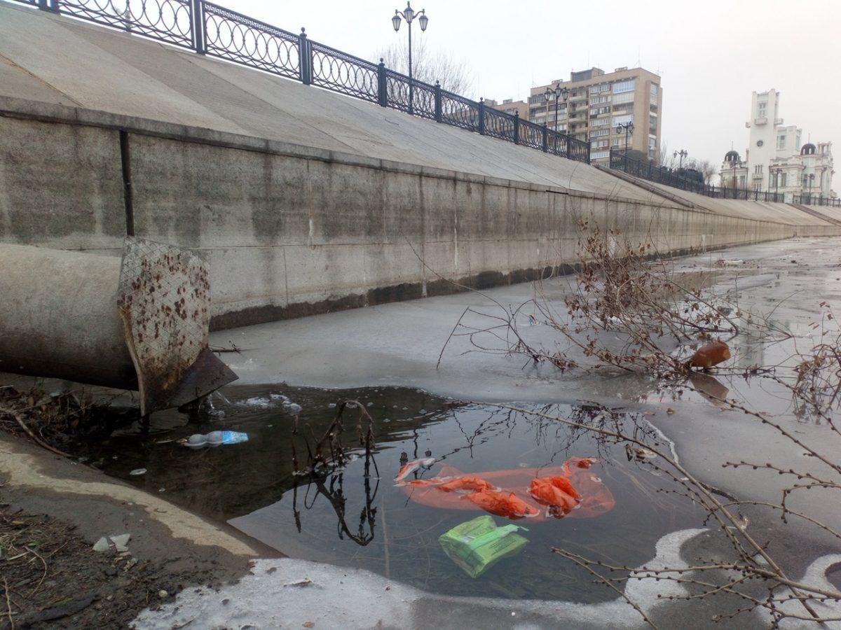 В центре Астрахани сливают нечистоты