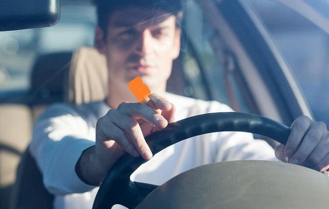 Депутат Госдумы хочет запретить россиянам курить за рулем