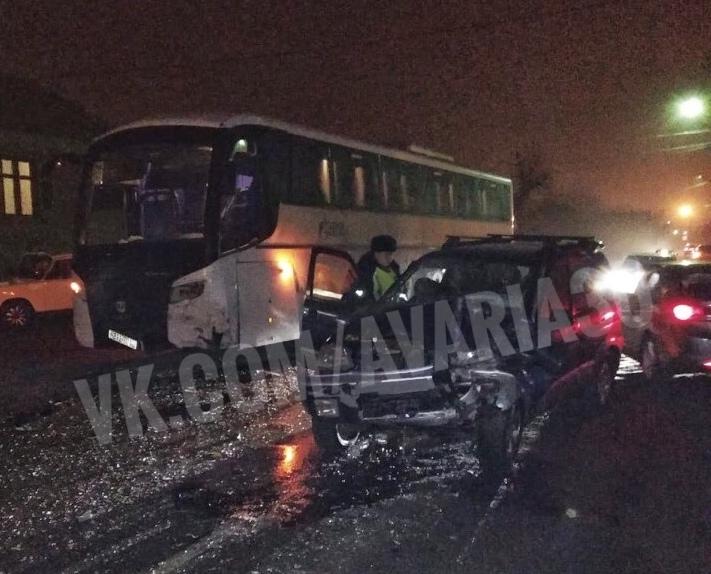 В Астрахани иномарка влетела в автобус