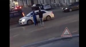 Около астраханского кремля в потоке машин танцевали лезгинку