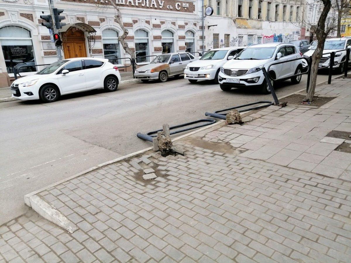 Напротив «Шарлау» вырвали дорожные ограждения