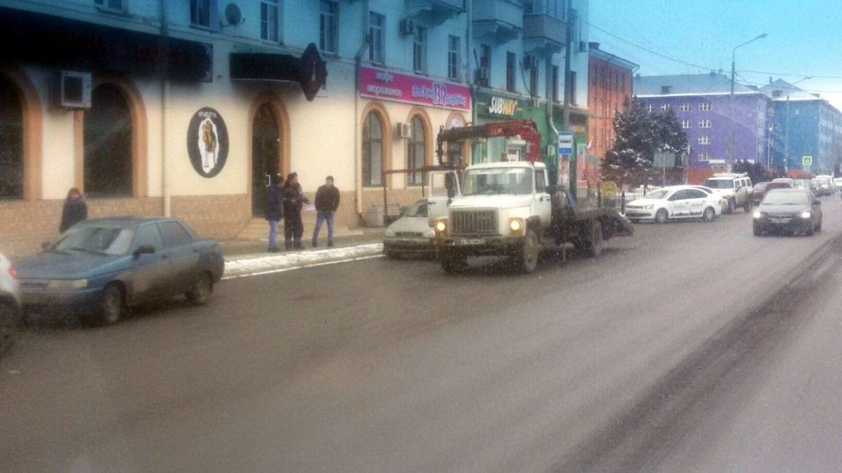 В Астрахани вновь эвакуируют машины с несуществующей остановки