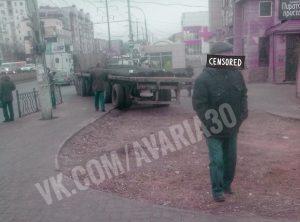 КамАЗ на улице Николая Островского снес знаки и вылетел на остановку. Пешеходы не пострадали