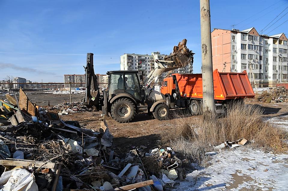 Астрахань продолжают расчищать от мусорных куч