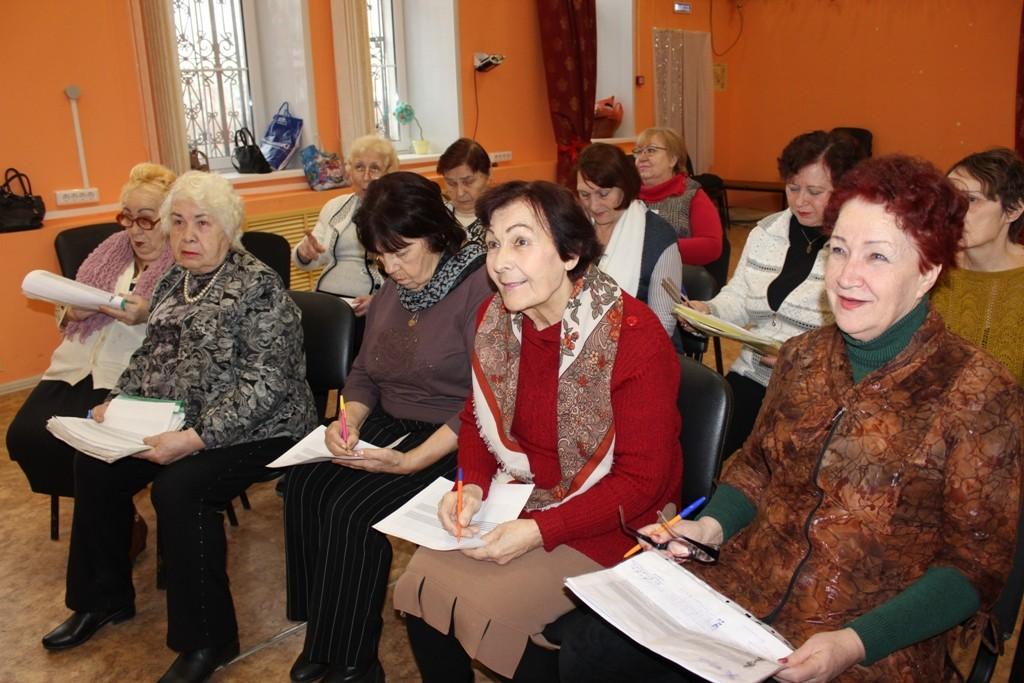 Пенсионеров из Астрахани познакомили со скрипичным ключом