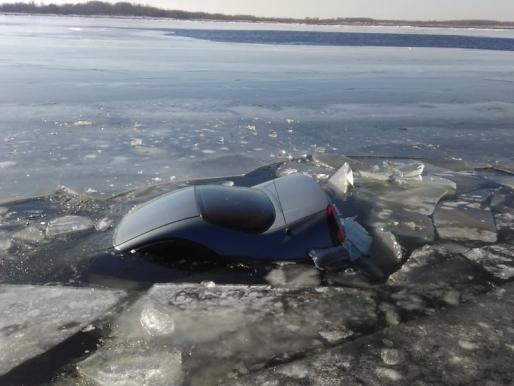 Рыбалка в Астраханской области закончилась утонувшей иномаркой
