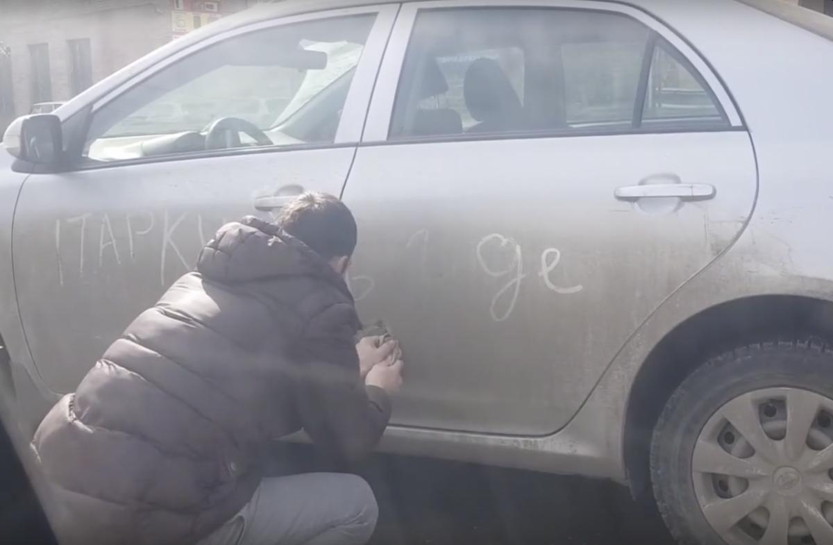 Астраханцы перенесли иномарку, мешавшую проезду