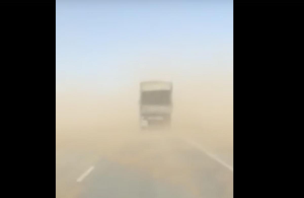 Видео: на трассе Астрахань-Элиста песком заметает фуры
