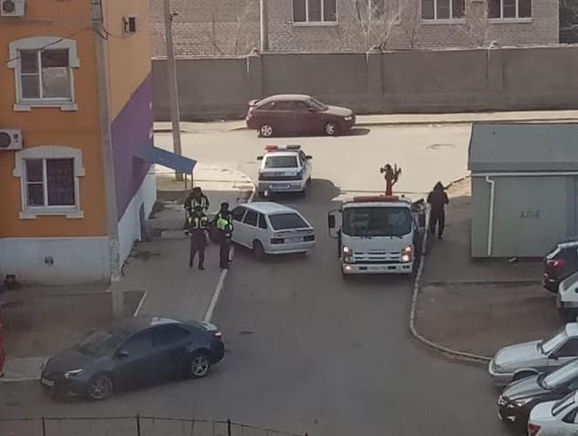 Из астраханского двора эвакуируют очередного гения парковки