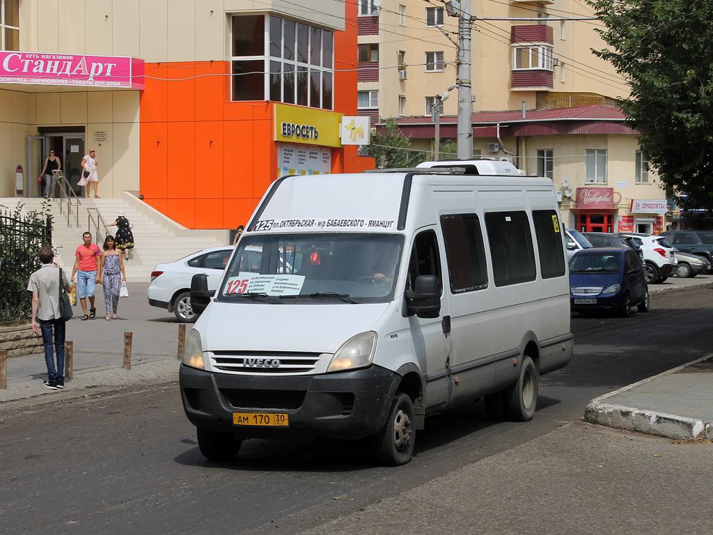Астраханские водители маршруток не поделили пассажиров из-за ревности