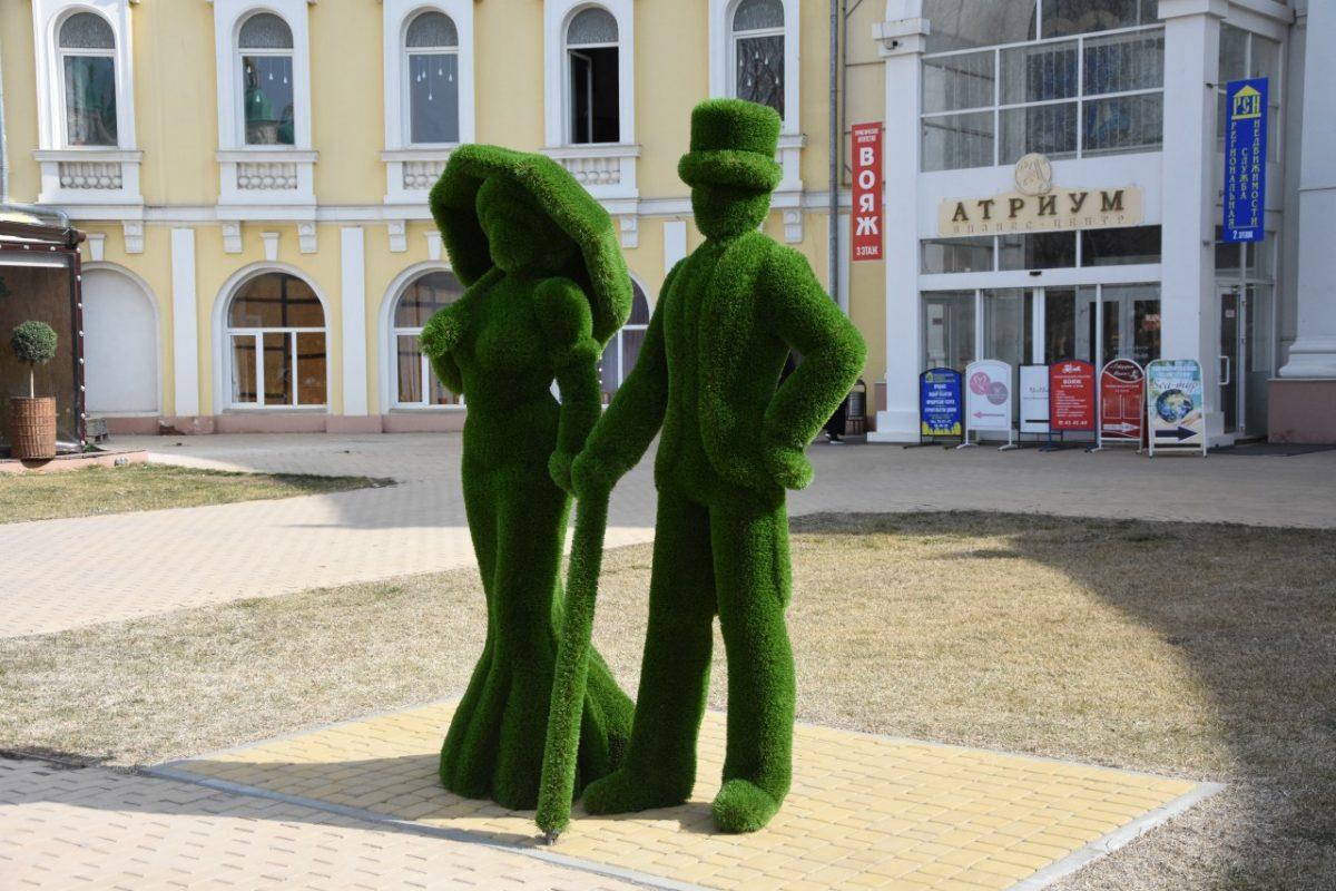Напротив Братского сада установили зеленых Даму и Джентльмена