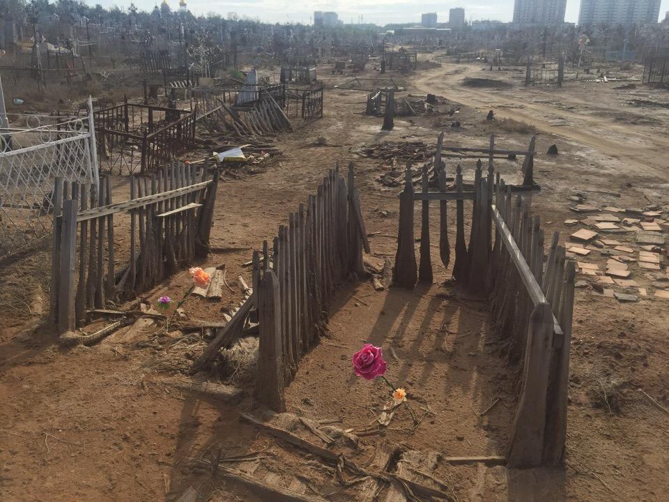 В Астрахани за долги продали забор старого кладбища