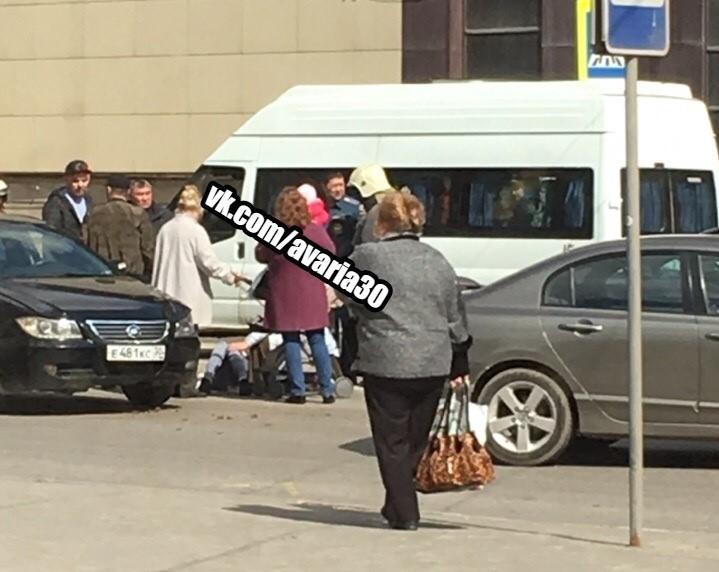 Астраханку с коляской сбили на переходе около торгового центра