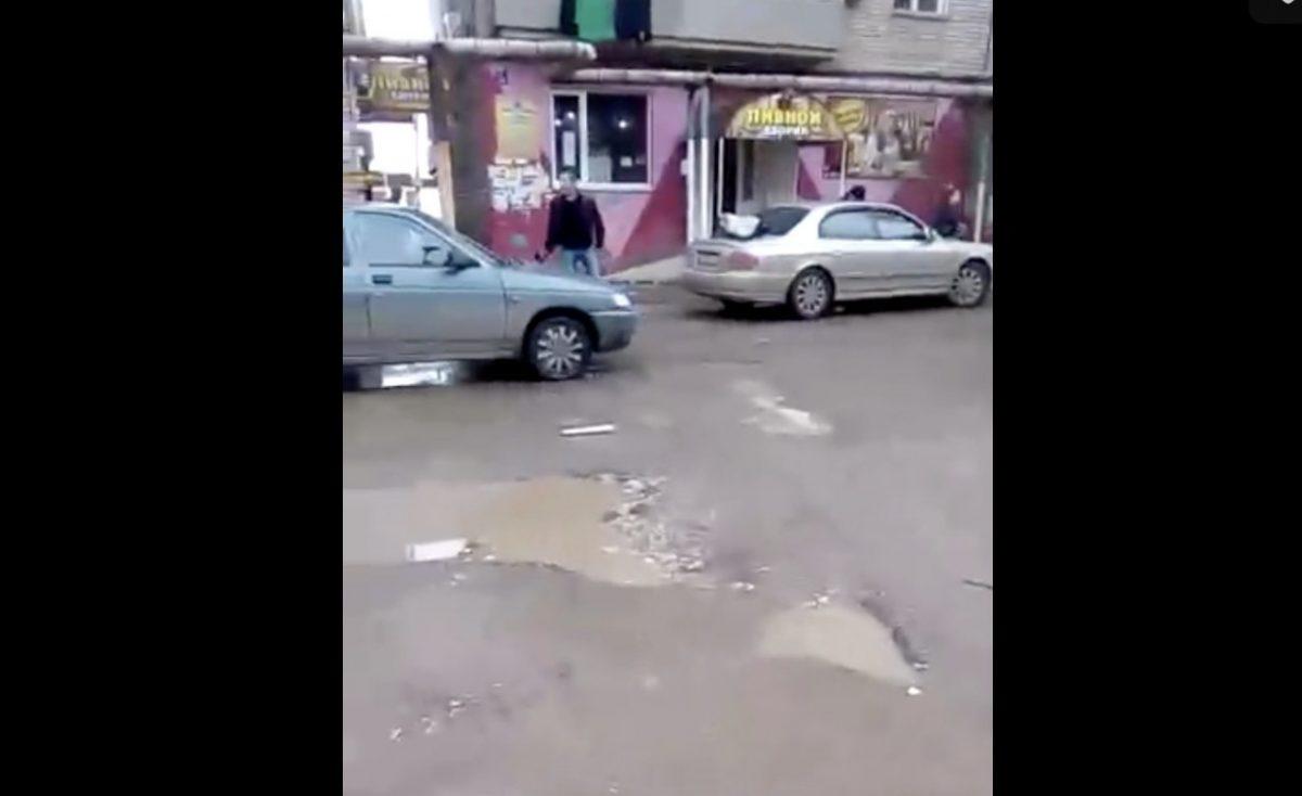 У пивной в Трусовском районе мужчина бегал с топором