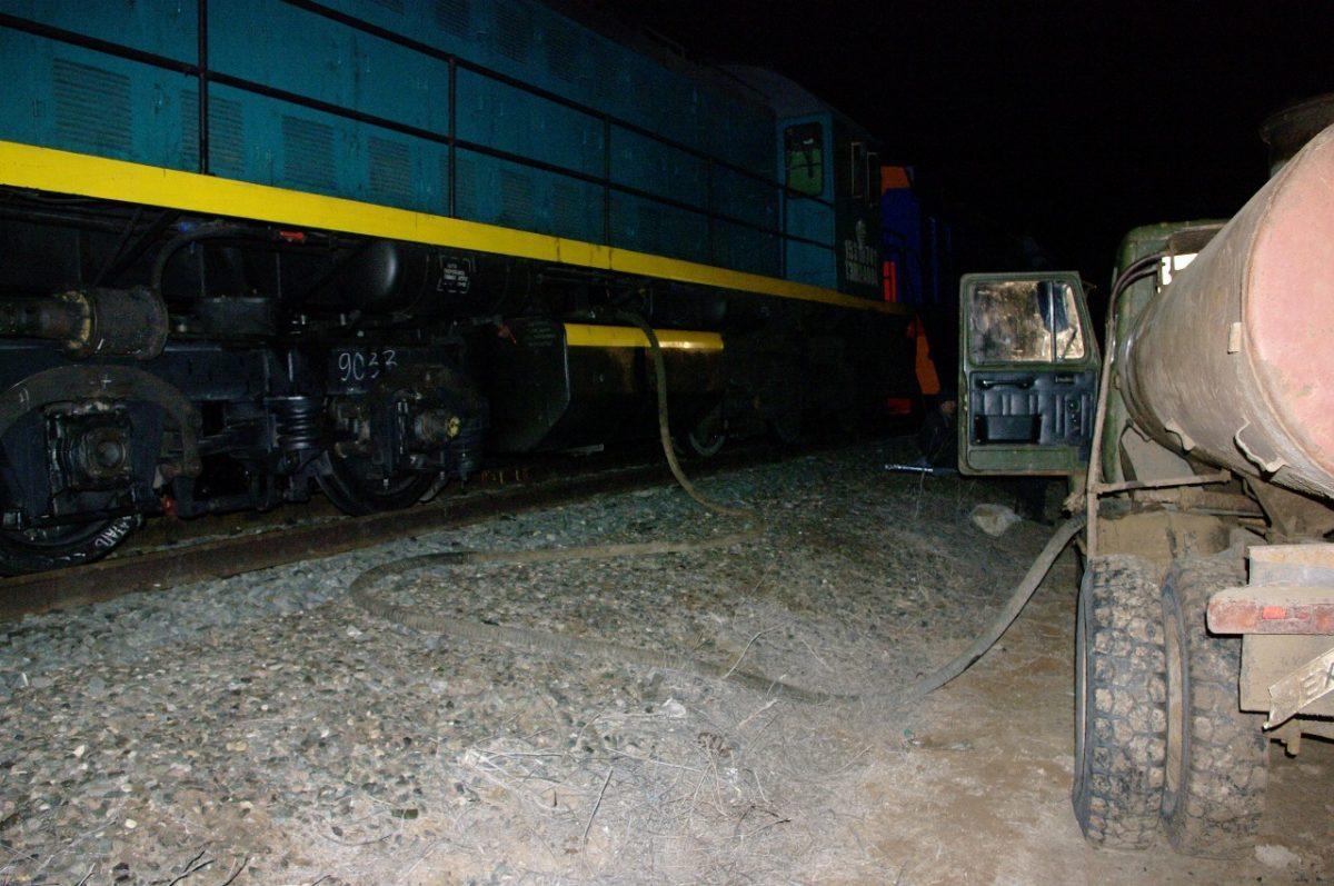 Астраханцы на станции откачали 5000 литров дизтоплива из тепловоза