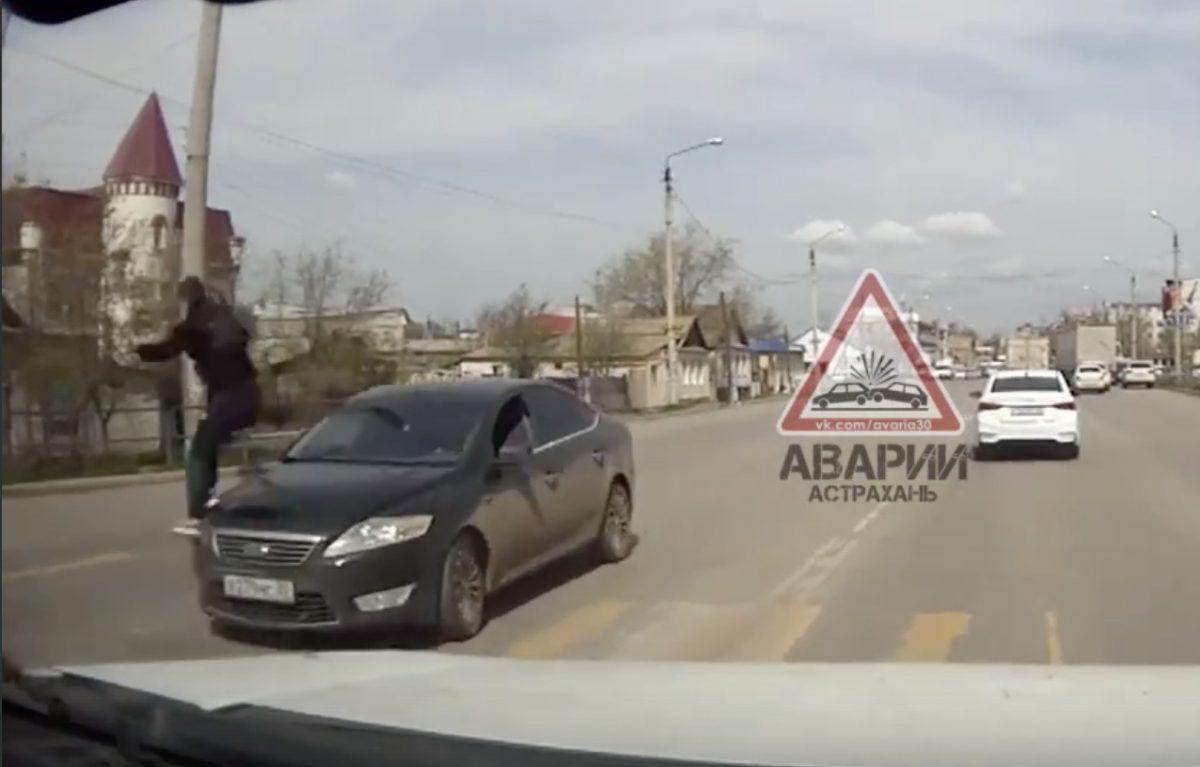 Астраханский пешеход пытался избежать аварии как Человек-паук