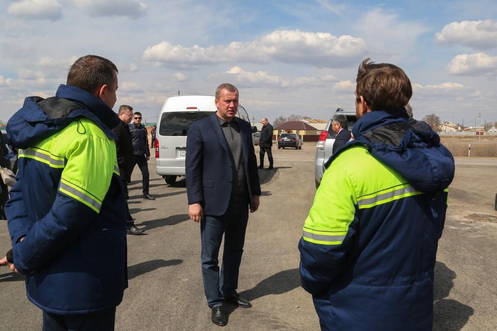 Сергей Морозов проинспектировал строительство дороги в Володарском районе